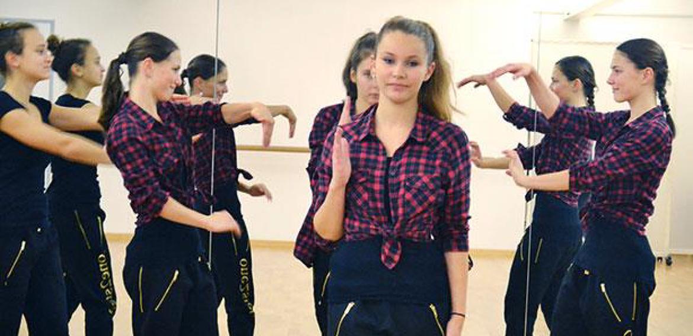 One 2 Step treten beim School Dance Award an